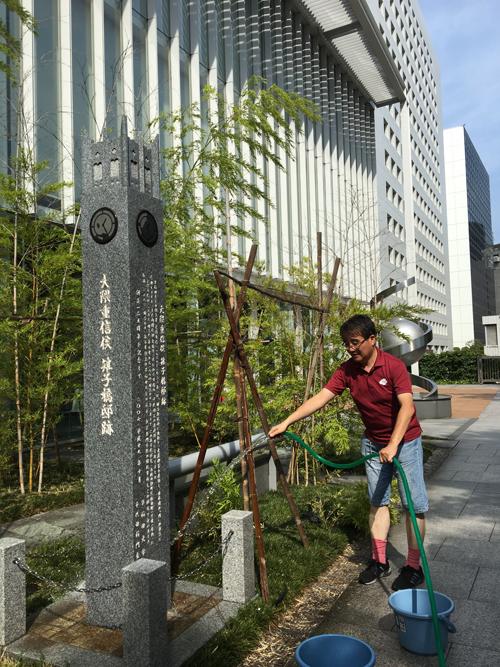 雉子橋邸跡記念碑の清掃